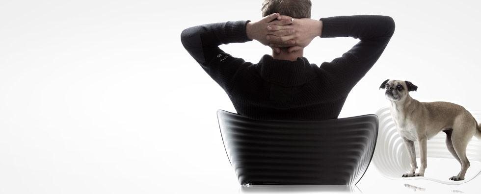 Kontakt Günther Niederhuber Burnout Stressmanagement Mann auf Stuhl mit Hund auf anderen Stuhl