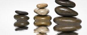 Progressive Muskelentspannung Stressmanagement Steine im Wasser liegend gestapelt