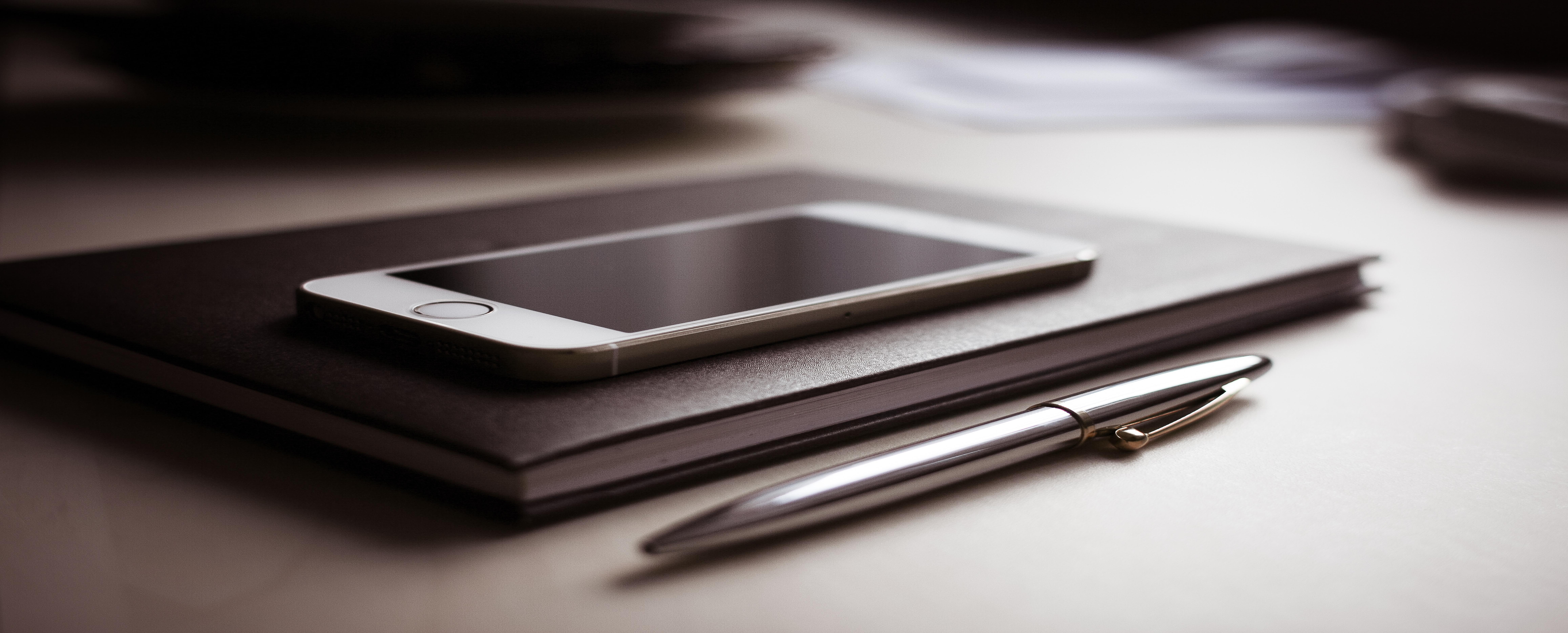 Coaching zum Thema Stress und Burnout für Unternehmen Tablet mit Stift im Vordergrund