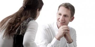 Burnout Stress Coaching Niederhuber im Gespräch mit einer Frau