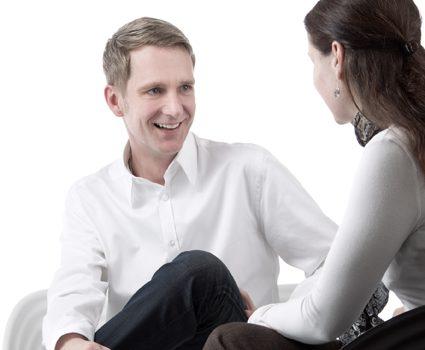 Günther Niederhuber Stress Coach im Gesräch mit einer Frau