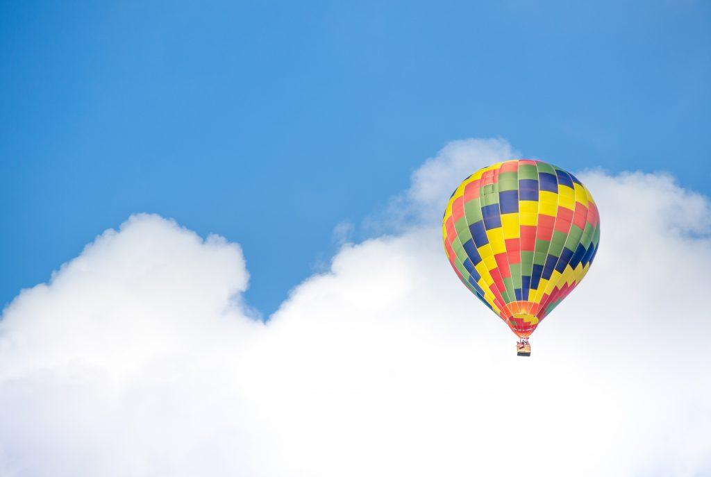 Entspannungsuebung Niederhuber Hissluftballon im blauen Himmel
