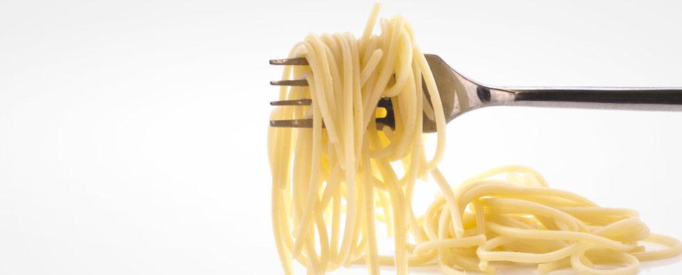 Stress Ernährung Nudel auf einer Gabel