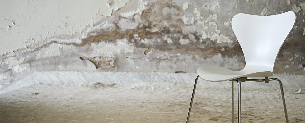 Burnout-Symptome, Sessel der alleine in einem Raum steht