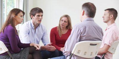 Stressmanagement Seminar Günter Niederhuber eine Gruppe Menschen spricht miteinander